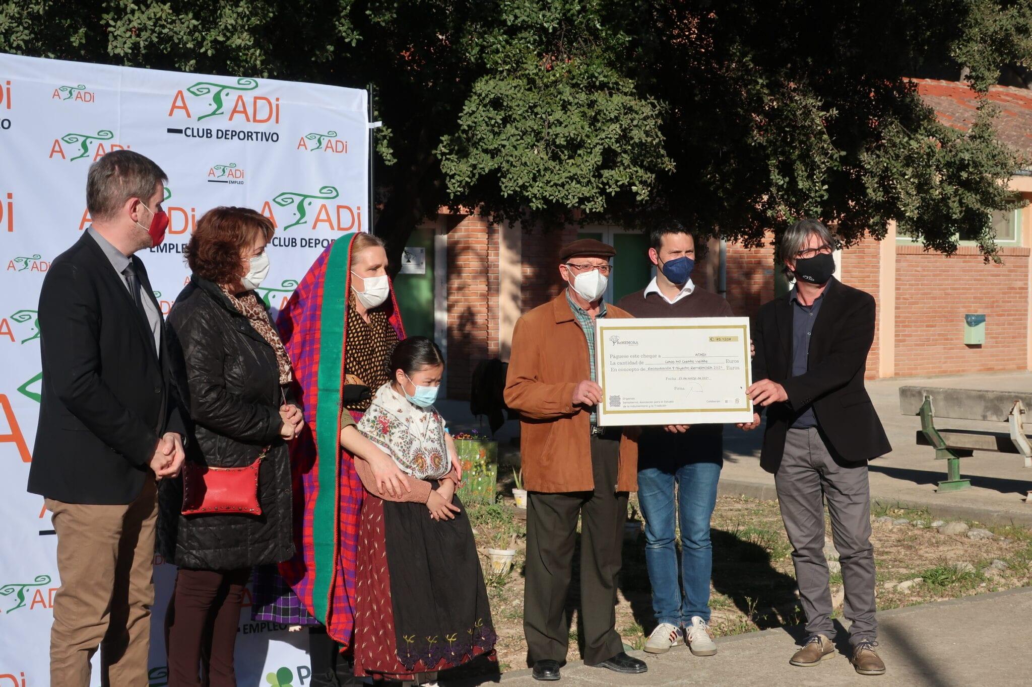 La Asociación Sempiterna dona a ATADI la recaudación de su calendario solidario