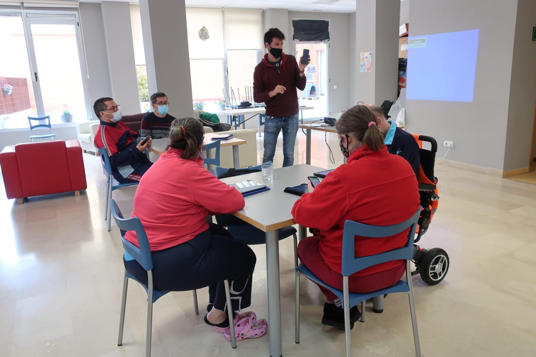 Los usuarios de ATADI reciben formación y herramientas para su día a día