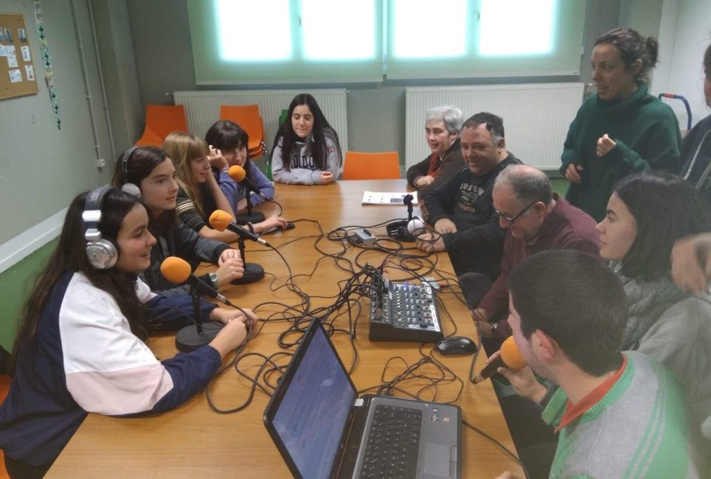 Actividad sobre la radio organizada por los Jóvenes Dinamizadores Rurales en ATADI Valderrobres