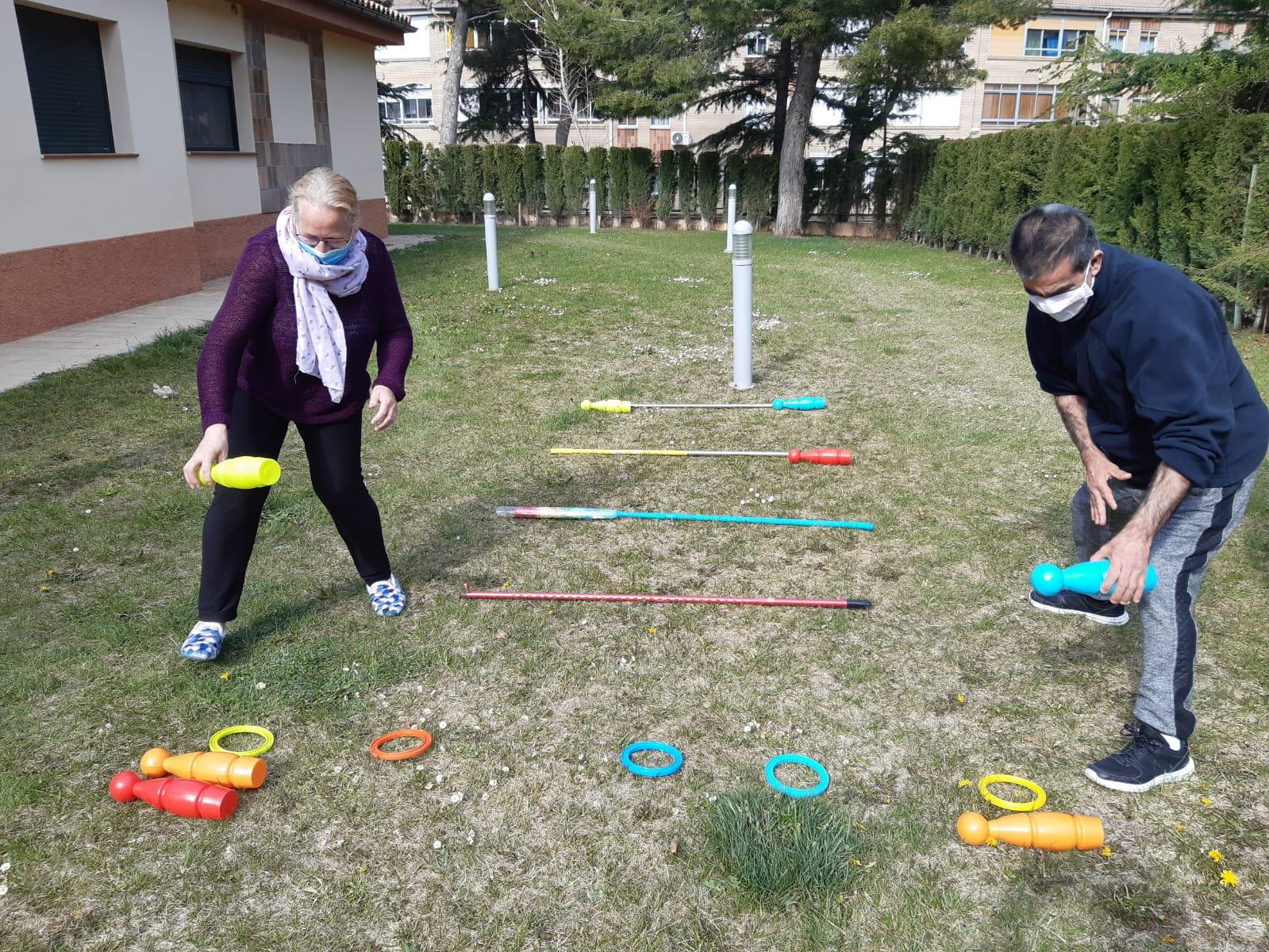 Usuarios de ATADI Utrillas hacen ejercicio en el jardín a través de juegos