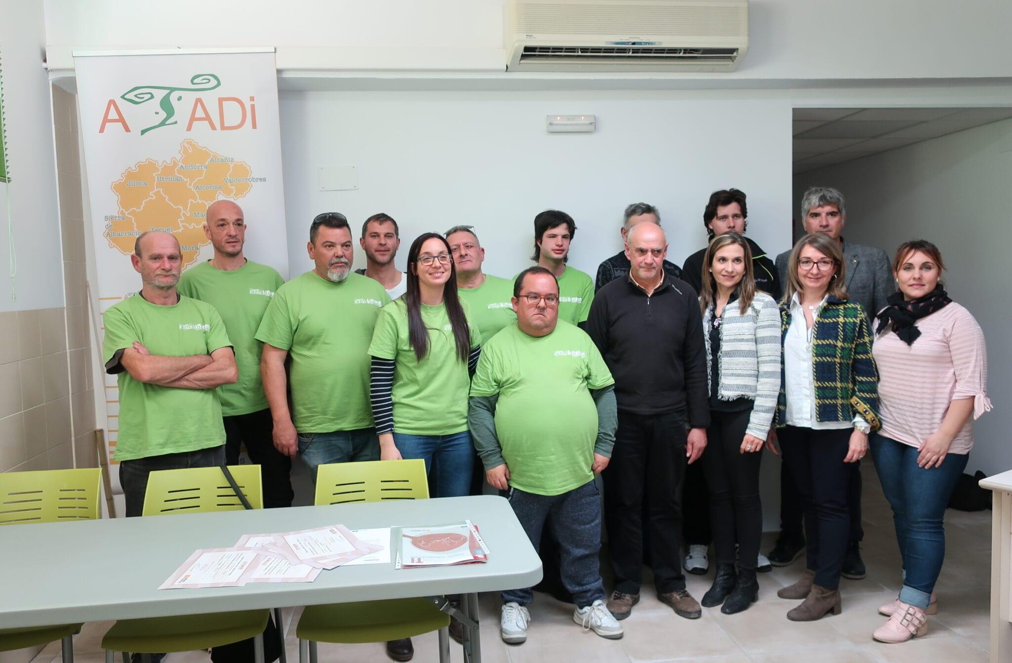 Los alumnos del taller de empleo de ATADI reciben sus diplomas en el acto de clausura